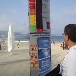 Painel Ozon-in na praia de Copacabana