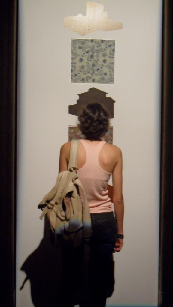 Imagem de mulher observando uma obra de arte