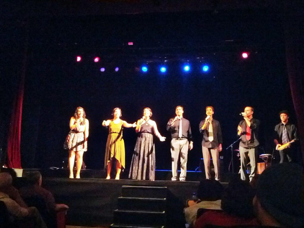 Seis integrantes do grupo vocal Ordin�rius (tr�s mulheres e tr�s homens) no palco da sala Baden Powel