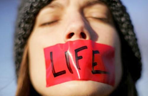 Uma boca amordaçada pelo suposto discurso pró-vida