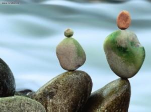 Pedras que parecem ter sido delicadamente equilibradas naturalmente.