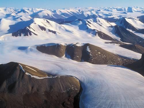 Foto da ilha Ellesmere com rochas ? mostra entre o gelo que ainda persiste.