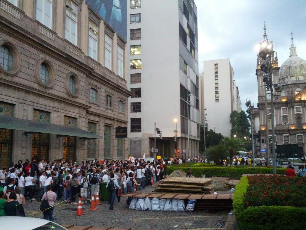 Pessoas concentradas em frente ao CCBB