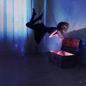 Menina flutuando diante de uma arca
