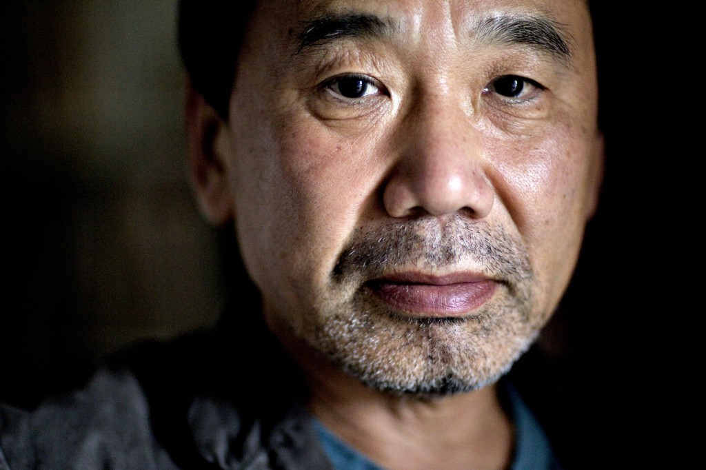 Foto de Haruki Murakami ligeiramente barbado