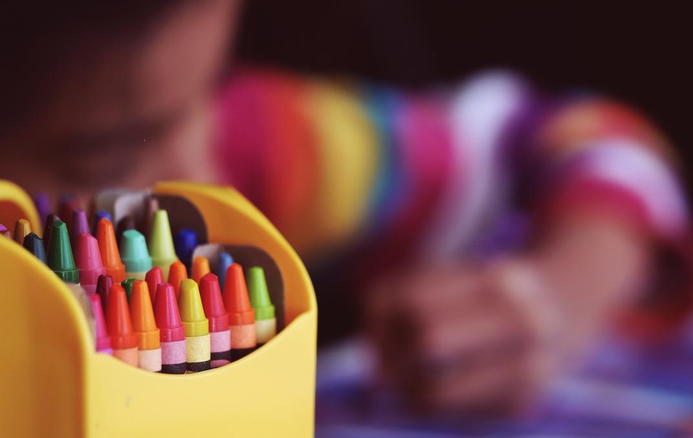 A criança e o mundo colorido