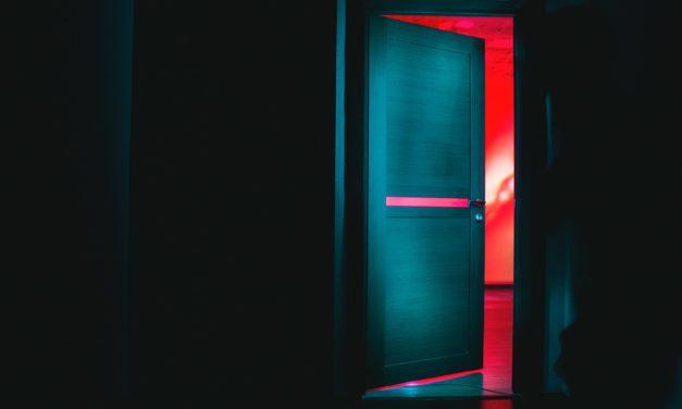Ela bate à porta…