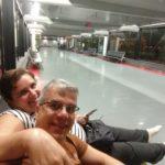 Casal no corredor vazio de um aeroporto