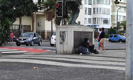 Duas pessoas atravessam a avenida…